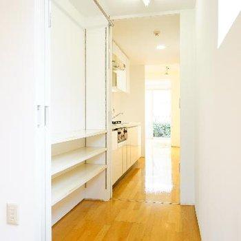 キッチン横に収納スペースあります!パントリーとしても◎