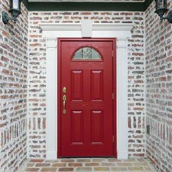 エントランスの扉も赤でガーリーに