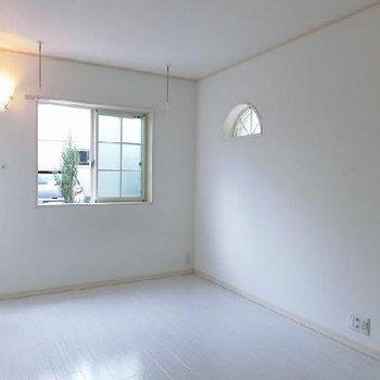 半円形の窓がかわいい※写真は別部屋のもの
