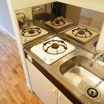 キッチンはコンパクトな1口ガス。