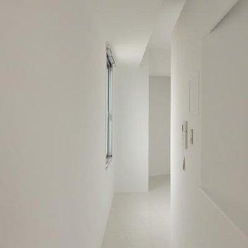 ほっそりとした廊下を抜けて寝室へ