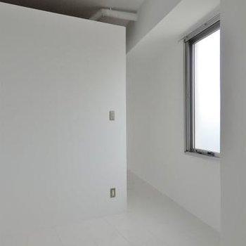 寝室も真っ白です。