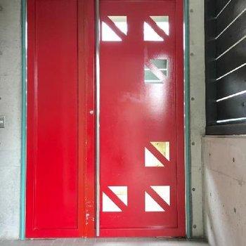 エントランス扉の赤がキマってました。