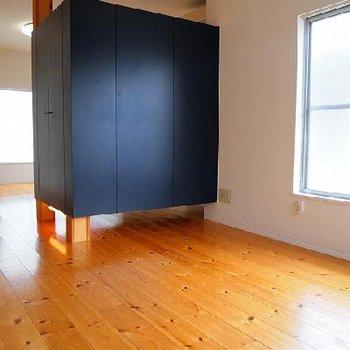 青の収納ボックスがインパクト大です!※写真は別室です