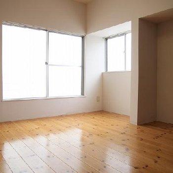 光が燦々と差し込んできます!※写真は別室です