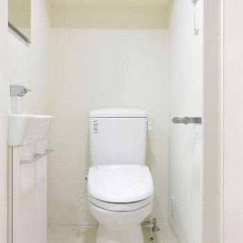 棚が便利そうなトイレ