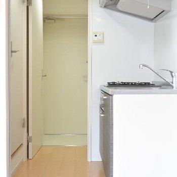 キッチンからの玄関