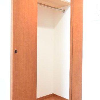 お部屋の入口付近にクローゼット、ちょっとコンパクト※画像はクリーニング前のものです