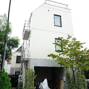 遊歩道沿いにあるオシャレな建物!