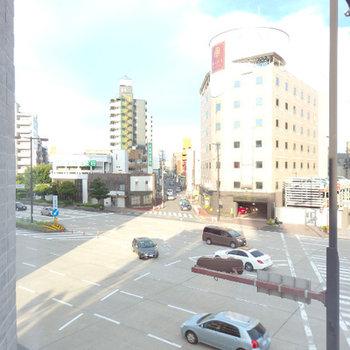 目の前に大通りが見えます