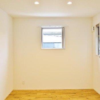 まずは1部屋目。小窓がキュート。
