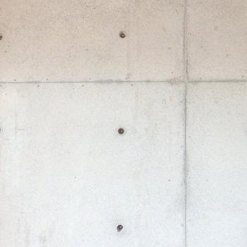壁のセパ穴を活用してフックなど取り付けしてみてください