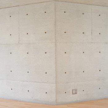突起のあるクンクリートの壁。