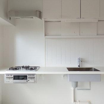 キレイな白キッチン。あえてラフな造りに。