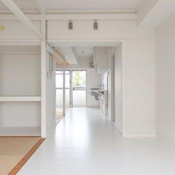 こちらがキッチンまで伸びるリビング。床は塩ビのシートです
