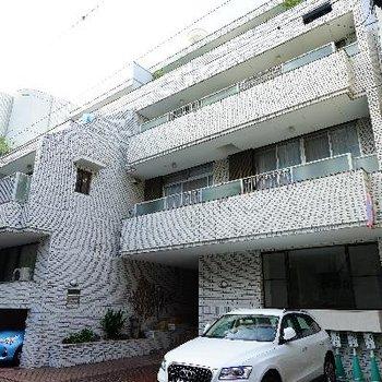 慶応大学の前に建ってます!