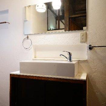 洗面台もレトロ可愛く。