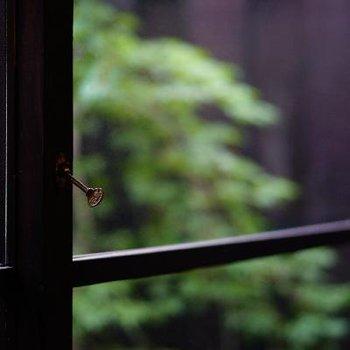 窓の鍵、引いて開けるタイプ。ここにも萌えてしまいます。