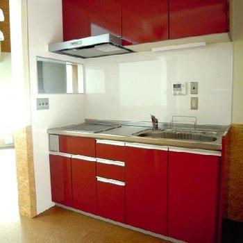 赤の差し色が素敵なキッチン