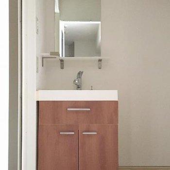 カントリーな雰囲気がかわいらしい洗面台。おしゃれにも気合が入ります。