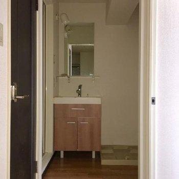 脱衣所の扉はないのですが、カーテンレールがあるので、仕切ることはできますよ◎