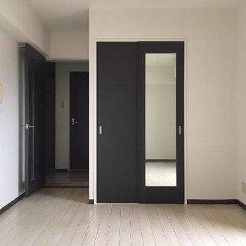 シンプルなお部屋をクローゼットの黒が引き締めています。