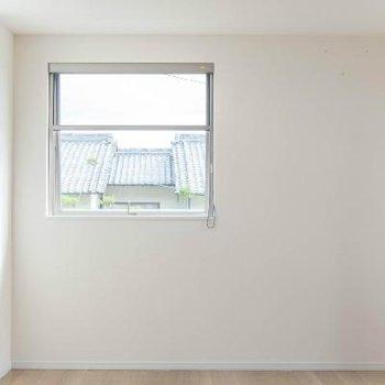2階奥のお部屋は3面窓です