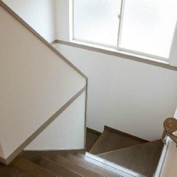 階段にもしっかり明かりがとれています