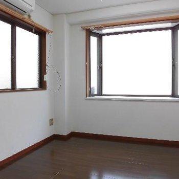 こちらは4.5帖のお部屋です。2面採光いいですね