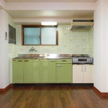 ライトグリーンのキッチンがお出迎え