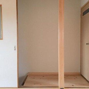 2階に上がった踊り場はこんな感じ。もちろん、両方に入口が作れるようになってます◎扉はトイレです。