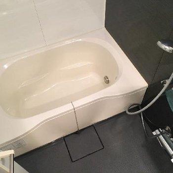 お風呂も広々。アクセントの黒がかっこいい!