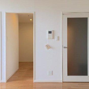 右が水回り。真ん中がキッチン。左はもう一部屋。