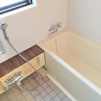 広ーいお風呂。ブラウンがアクセント。