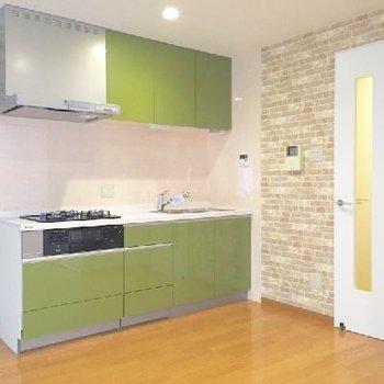 キッチンの緑が映えています。