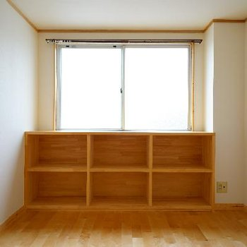 こっちは5.7帖の洋室です♪