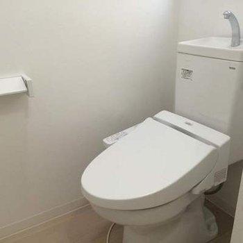 トイレは玄関脇に、ウォシュレットつき