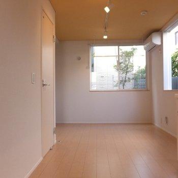 お部屋はコンパクトなワンルーム。でも2面採光なので開放感あり!