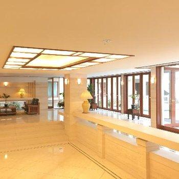 南国リゾートのホテルライクなロビー。入ってすぐにこれはアガる!