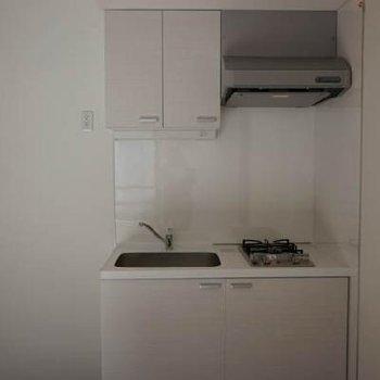 キッチンはコンパクト。※同じ間取りの別部屋です