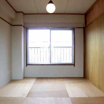 市松模様を思わせる床。
