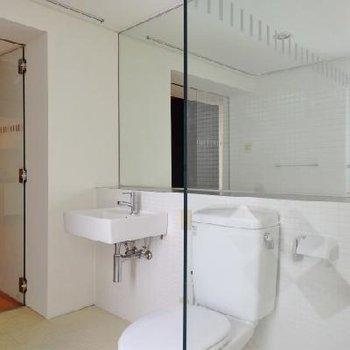 洗面台とトイレ。大きな鏡もいいね