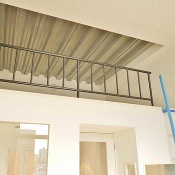 ロフトの天井は、鉄骨むき出し。