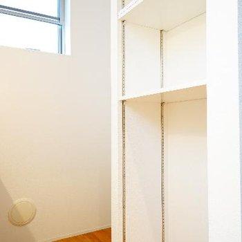 後ろには収納スペースと冷蔵庫置き!