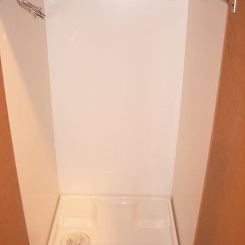 洗濯機置場は玄関の横にあります