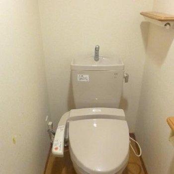 木の棚が素敵なトイレ