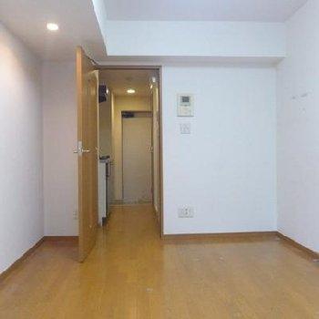 フローリングの床と木の扉が素敵ですね!