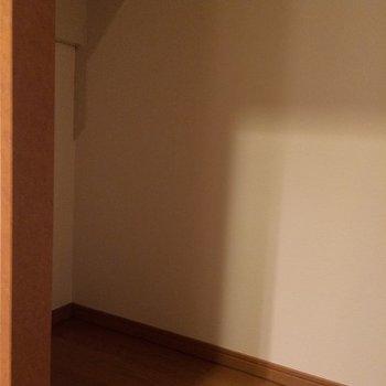 階段下にも収納が!!