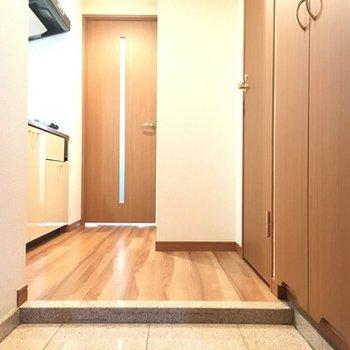 玄関より。明るい雰囲気でいい感じです。