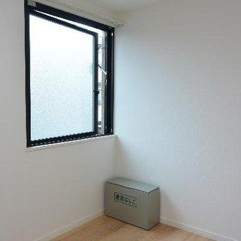 3F、こちらは洋室2。窓はほぼ開きません